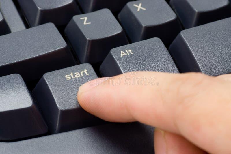 Doigt appuyant le bouton marche photo libre de droits