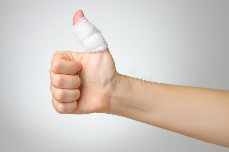 Doigt blessé avec le bandage photographie stock