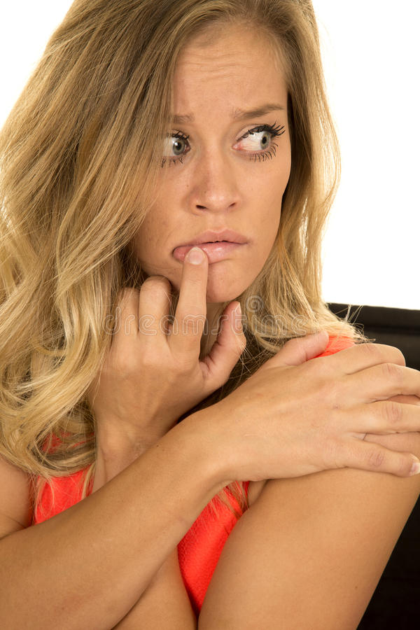 Doigt blond de fin de tir de tête de femme sur la bouche effrayée photo stock
