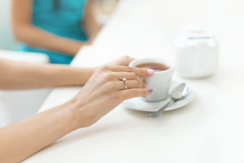 Doigt d'anneau de mariage de fiançailles de partie de célibataire images stock