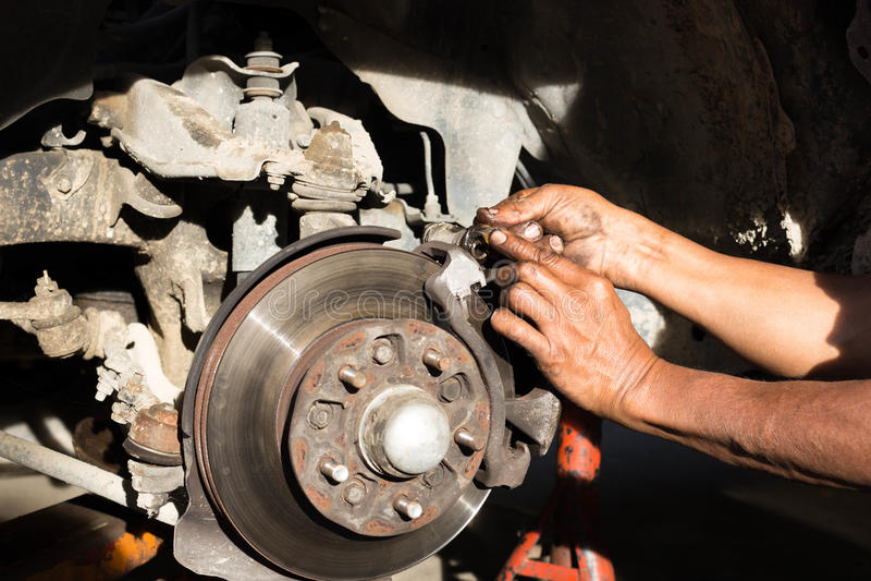 Doigt de mécanicien sale avec la graisse d'huile pour le bre de disque de voiture de lubrifiant photos libres de droits