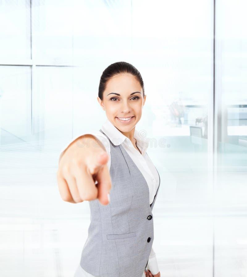 Doigt de point de femme d'affaires vous regardant l'appareil-photo photographie stock