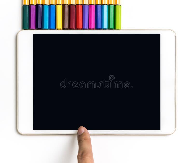 Doigt touchant sur le comprimé d'écran tactile avec le crayon de couleur pour le concept d'art image stock