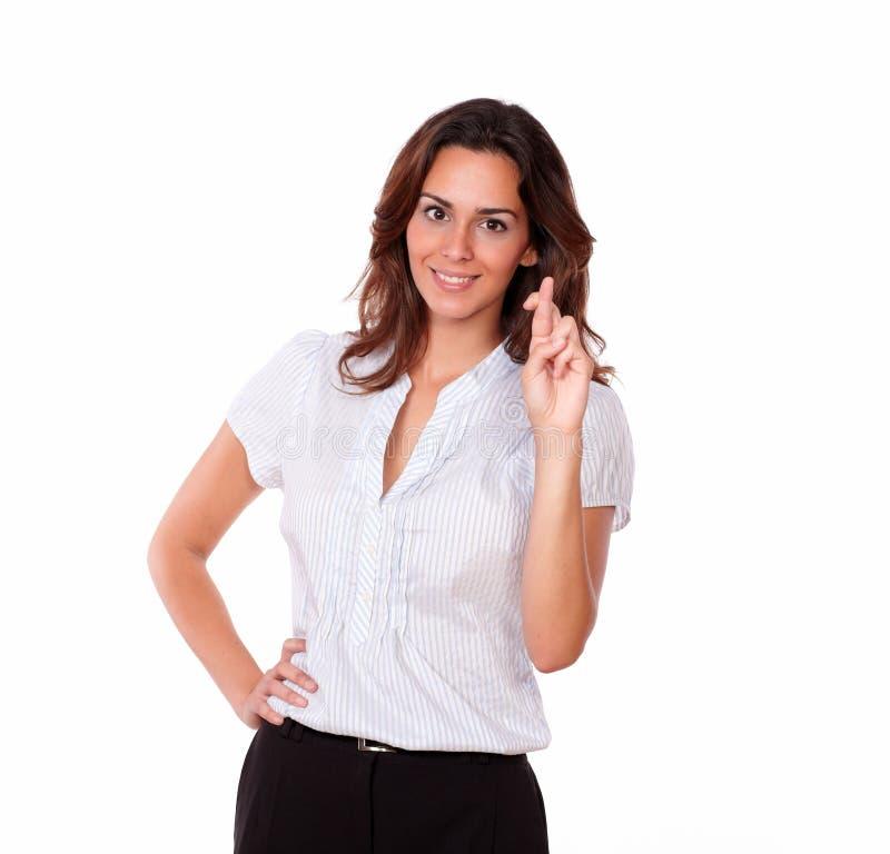 Doigts attrayants de position et de croisement de femme image stock