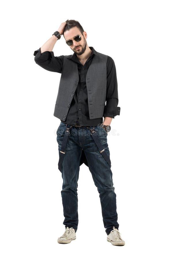Doigts courants de jeune homme barbu sérieux par des cheveux photographie stock libre de droits