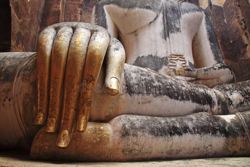 Doigts d'or de grande statue iconique de Bouddha image libre de droits