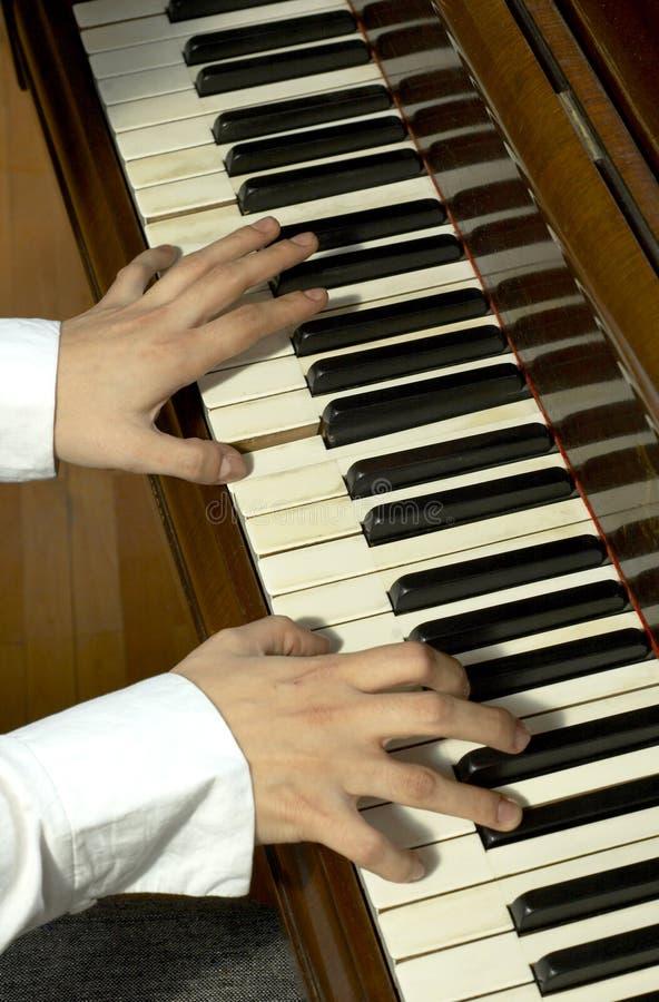 Doigts d'un professeur de piano photos libres de droits