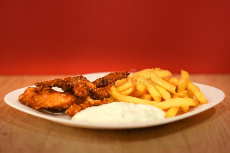 Doigts de poulet avec les pommes frites et la sauce images stock