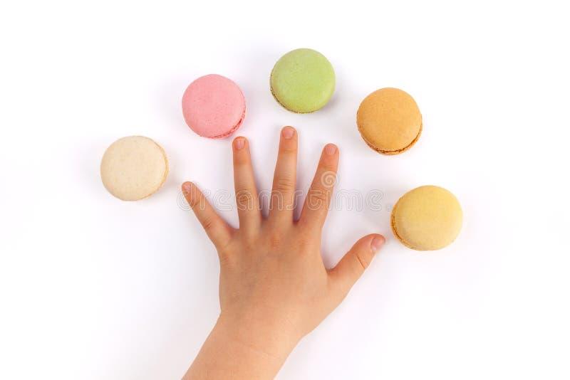 Doigts de propagation de la main de l'enfant avec cinq macarons images libres de droits