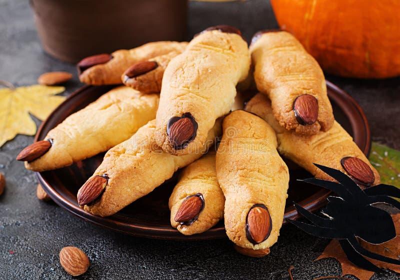 Doigts de sorcière de biscuits, recette drôle pour la partie de Halloween image libre de droits