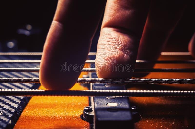 Doigts masculins sur Bass Guitar photos stock