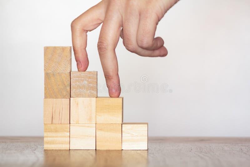 Doigts montant des escaliers jusqu'au dessus Concept de succès et d'accomplissement image libre de droits