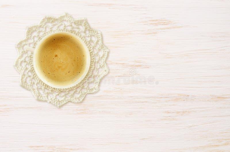 Doily чашки кофе и вязания крючком на древесине стоковая фотография rf