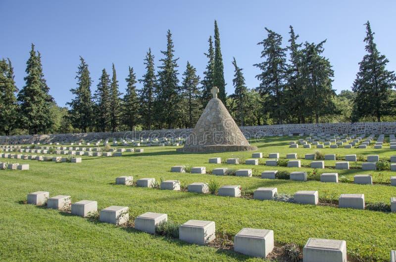 Doiran kyrkogård nära vilagen Doirani, Grekland - monument arkivbild