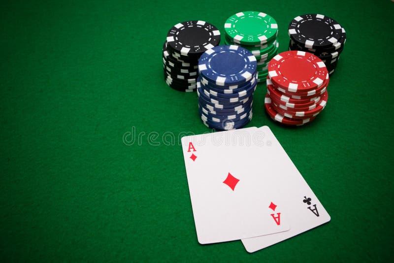 Dois ás e microplaquetas de jogo imagens de stock royalty free