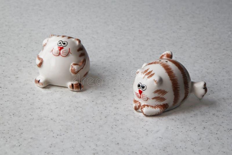 Dois abanadores de sal sob a forma dos gatos engraçados gordos fotografia de stock royalty free