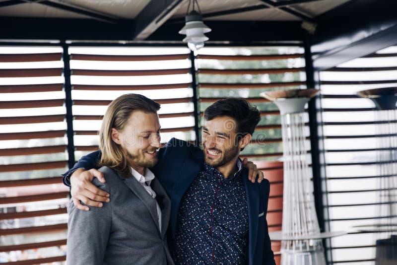 Dois abraçaram os colegas masculinos imagem de stock royalty free