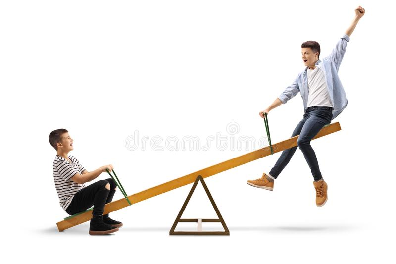 Dois adolescentes alegres em uma balancê imagens de stock