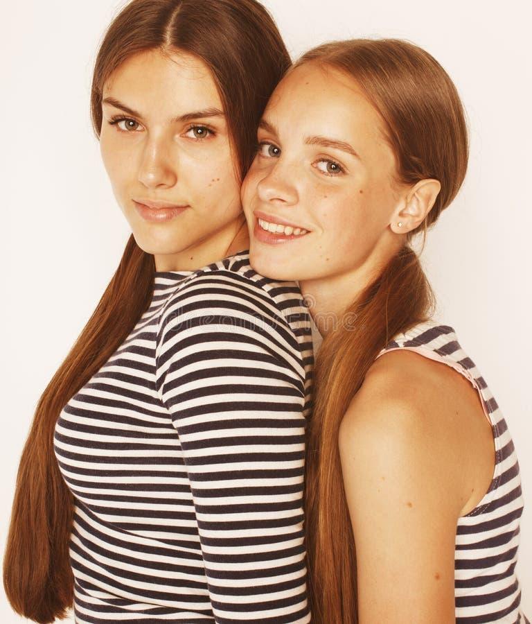 Dois adolescentes bonitos que têm o divertimento isolado junto sobre fotografia de stock royalty free