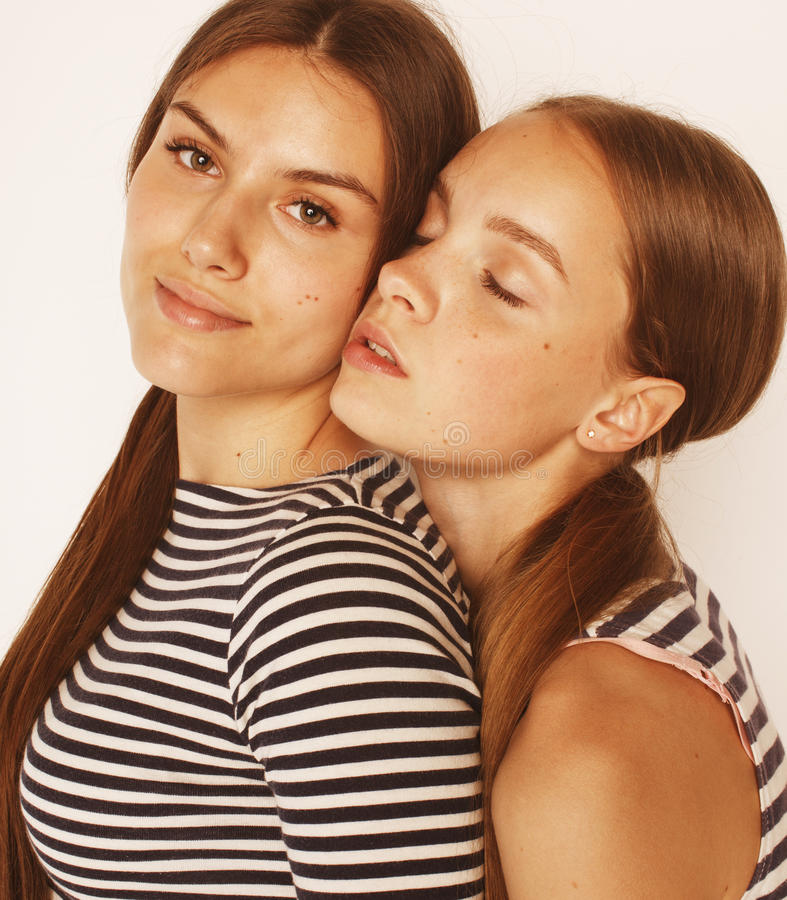 Dois adolescentes bonitos que têm o divertimento isolado junto sobre fotos de stock royalty free