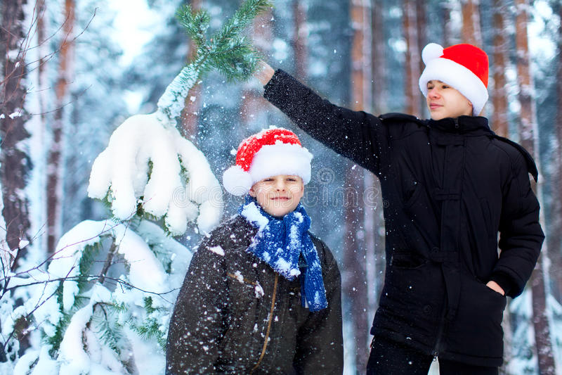Dois adolescentes em chapéus Santa Claus do Natal que tem o divertimento no sn fotografia de stock royalty free