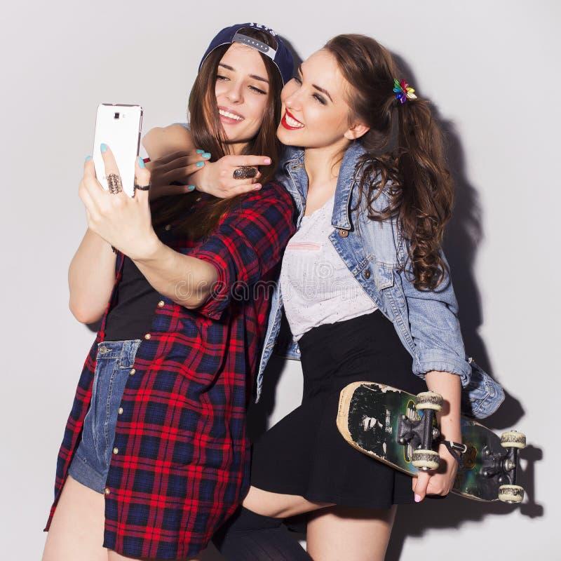 Dois adolescentes morenos bonitos das mulheres (meninas) gastam o togeth do tempo foto de stock royalty free