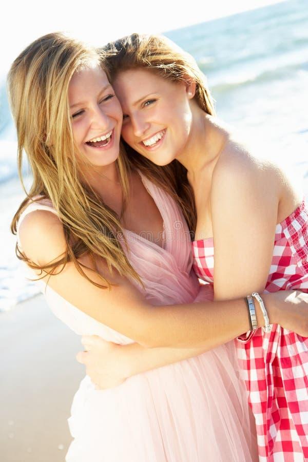 Dois adolescentes que apreciam o feriado da praia fotografia de stock