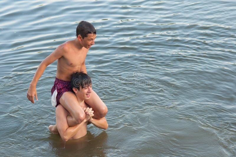 Dois adolescentes que têm o divertimento no rio fotos de stock royalty free