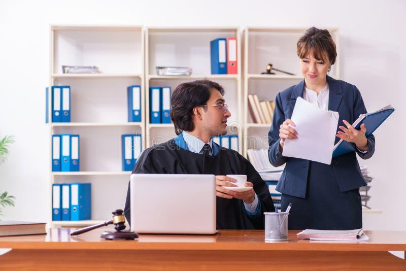 Dois advogados que trabalham no escrit?rio fotos de stock