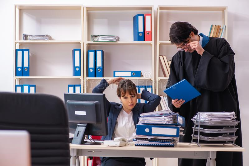 Dois advogados que trabalham no escrit?rio fotos de stock royalty free