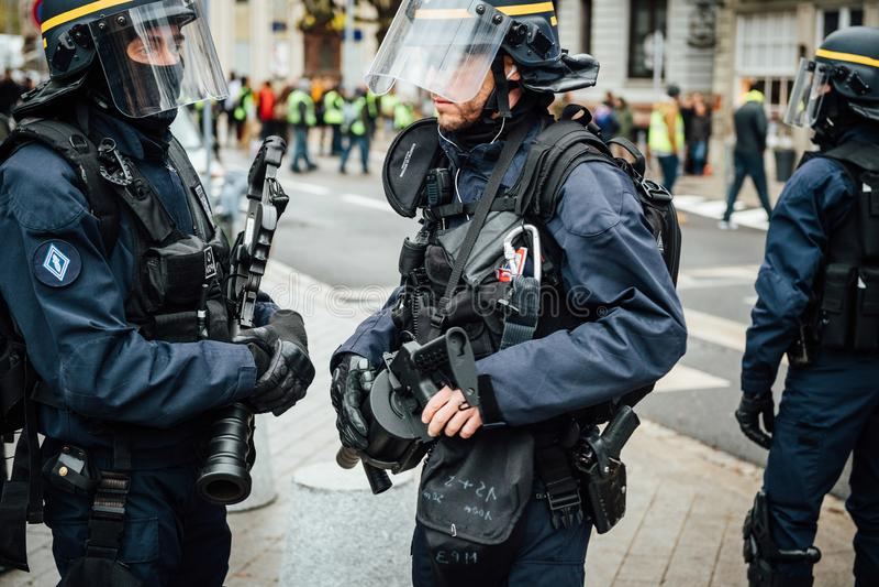 Dois agentes da polícia que discutem guardando rifles da granada de fumo fotos de stock royalty free