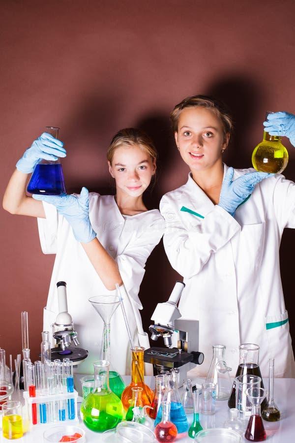 Dois alunos na lição da química foto de stock royalty free