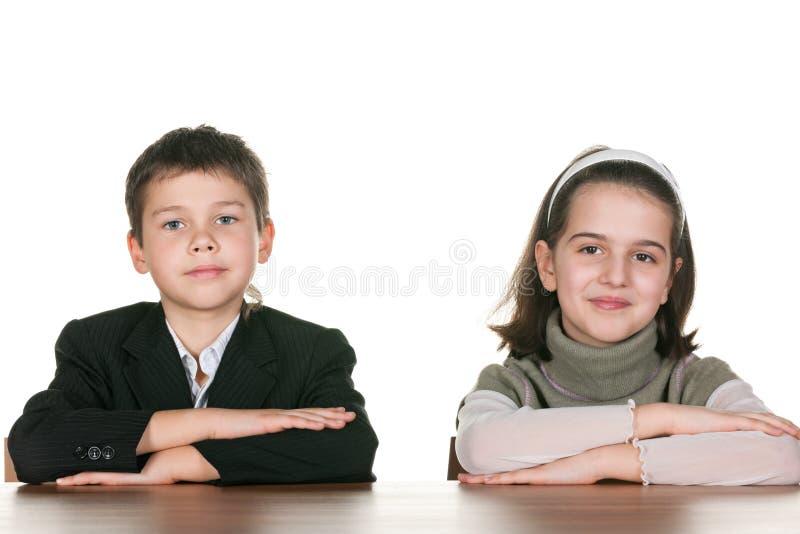 Dois alunos na mesa fotografia de stock