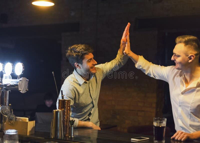 Dois amigos alegres encontram-se no bar da cerveja foto de stock royalty free