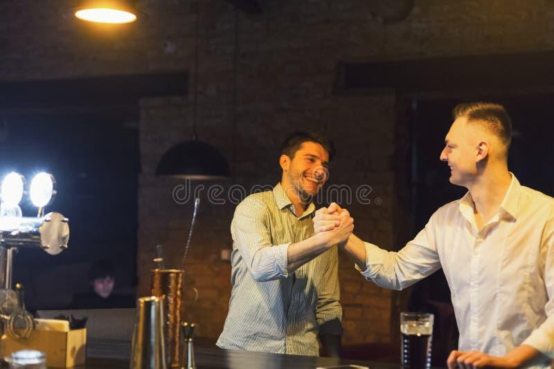 Dois amigos alegres encontram-se no bar da cerveja fotos de stock