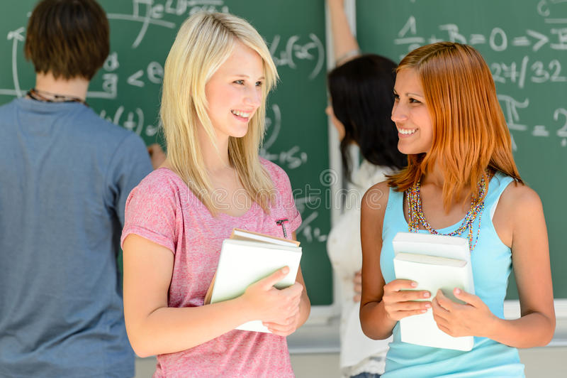 Dois amigos da estudante universitário que falam a lição da matemática imagens de stock