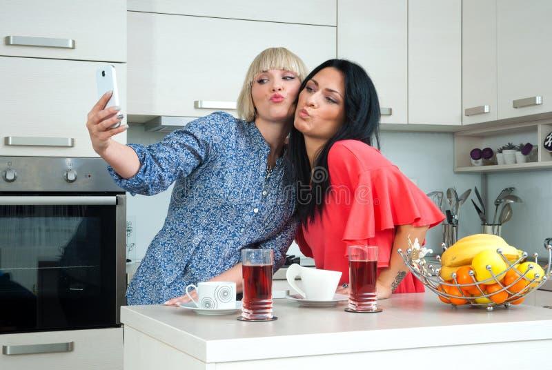 Dois amigos da mulher que fazem a imagem do selfie fotos de stock royalty free