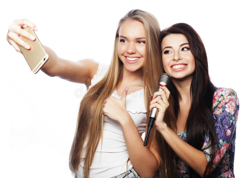 Dois amigos de adolescentes no equipamento do moderno fazem o selfie fotografia de stock