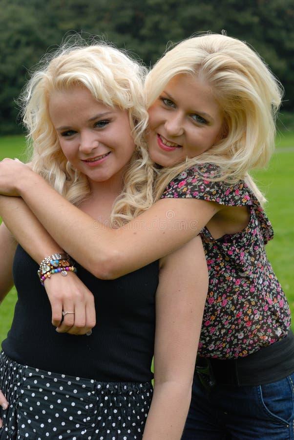 Dois amigos de menina bonitos imagens de stock