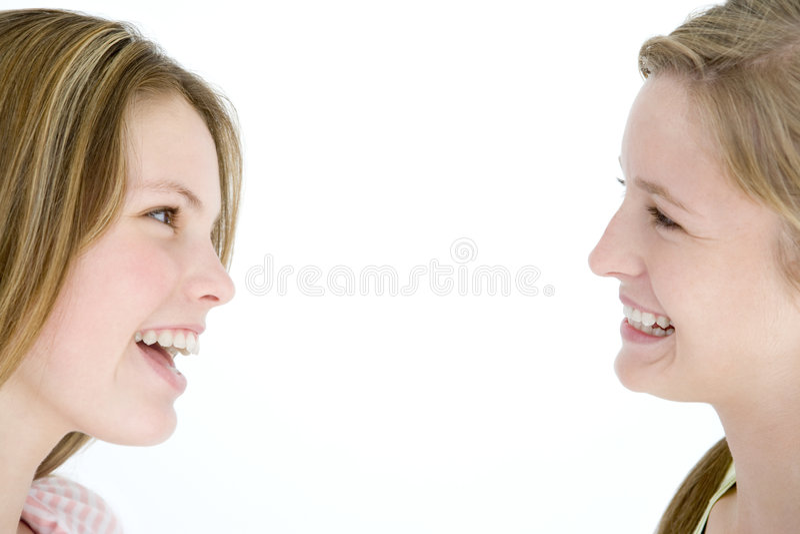 Dois amigos de menina que olham se que sorri fotos de stock royalty free