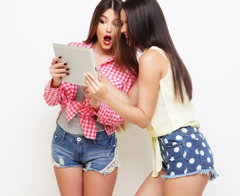 Dois amigos de meninas que tomam o selfie com tabuleta digital imagem de stock