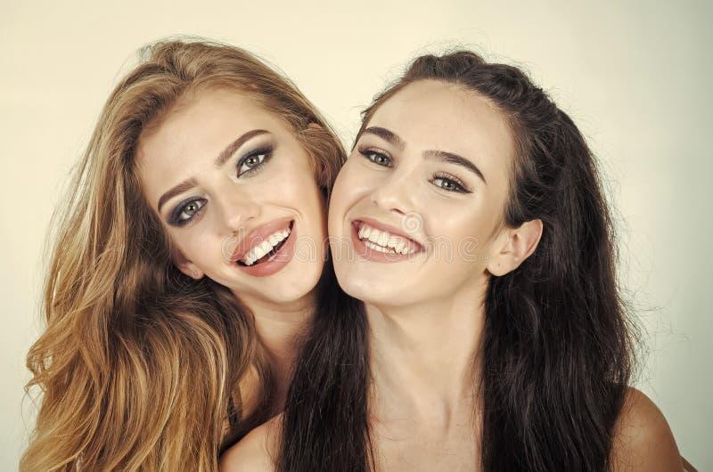 Dois amigos de moça que estão junto imagens de stock royalty free