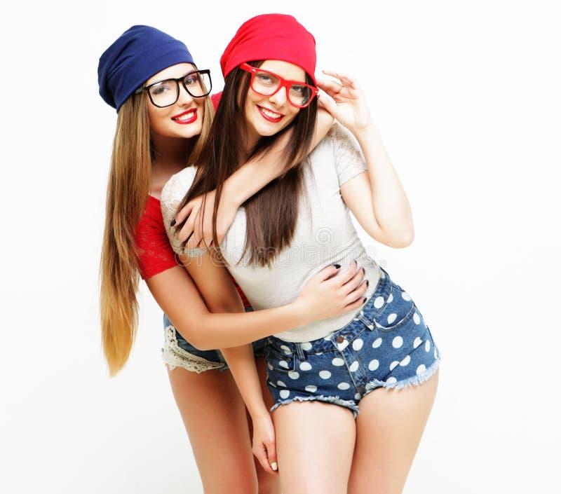 Dois amigos de moça que estão junto e que têm o divertimento foto de stock royalty free