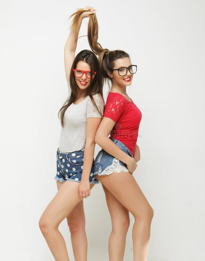 Dois amigos de moça que estão junto e que têm o divertimento imagem de stock royalty free