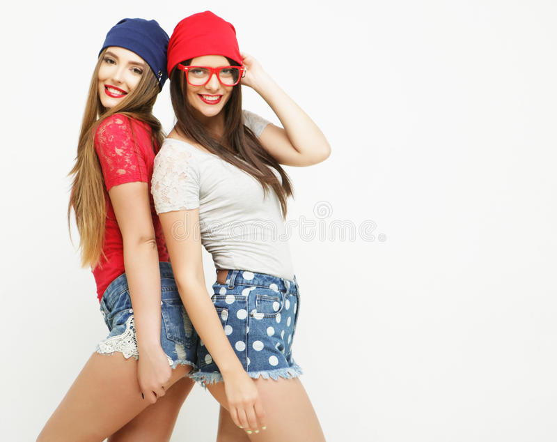 Dois amigos de moça que estão junto e que têm o divertimento imagem de stock