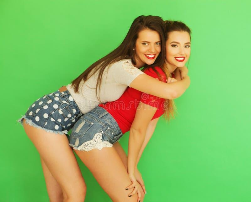 Dois amigos de moça que estão junto e que têm o divertimento foto de stock
