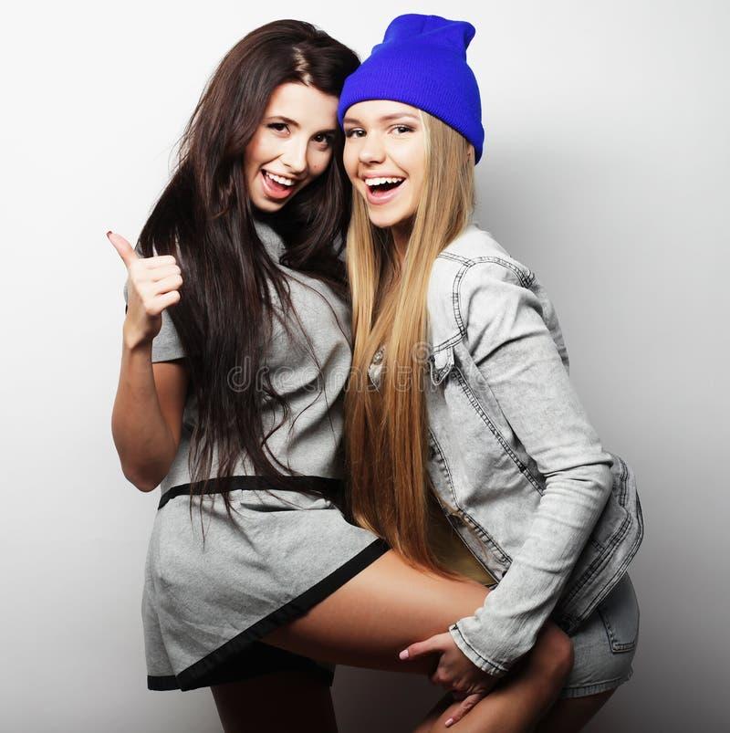 Dois amigos de moça que estão junto e que têm o divertimento fotografia de stock