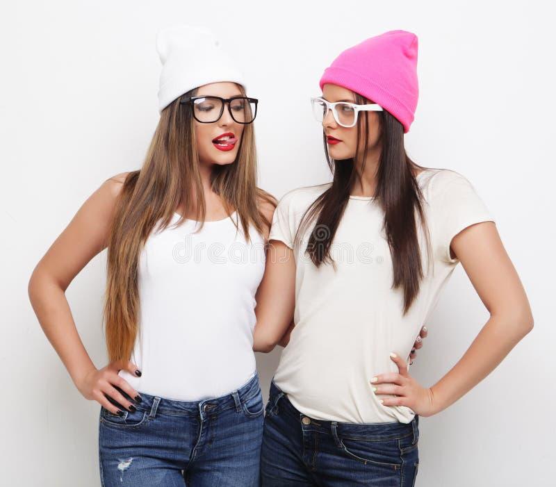 Dois amigos de moça que vestem chapéus fotografia de stock