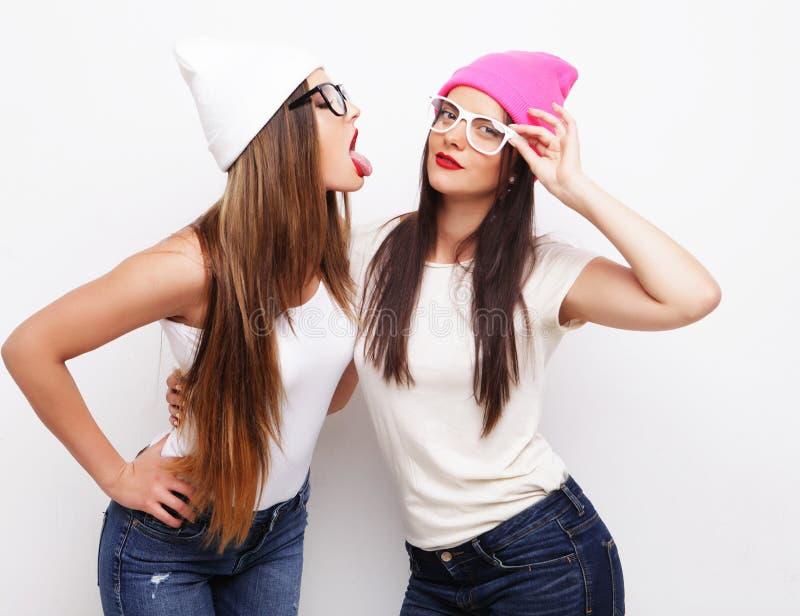 Dois amigos de moça que vestem chapéus imagens de stock royalty free