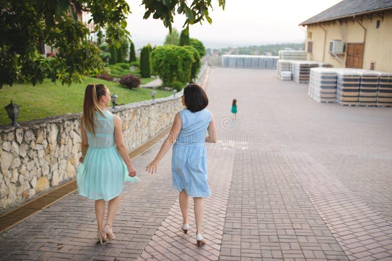 Dois amigos e criança imagem de stock royalty free